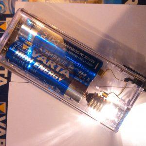 Mini lámpa, fókuszos izzóval, (az elem nem tartozék)